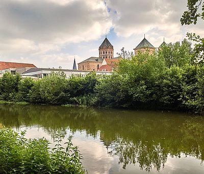 Die Osnabrücker Rund-Tour verknüpft einige der besten Ausflugsziele der Friedensstadt Osnabrück mit reizvollen Naturerlebnissen im UNESCO Natur- und Geopark TERRA.vita. Zu den Highlights der 48 km langen kompakten Radrundfahrt im Osnabrücker Land gehört auch der Dom St. Peter.