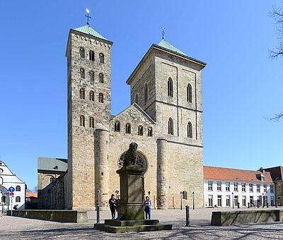 Beliebter Treffpunkt für Osnabrücker*innen und Touristen: Der Löwenpudel am Dom St. Peter in Osnabrück