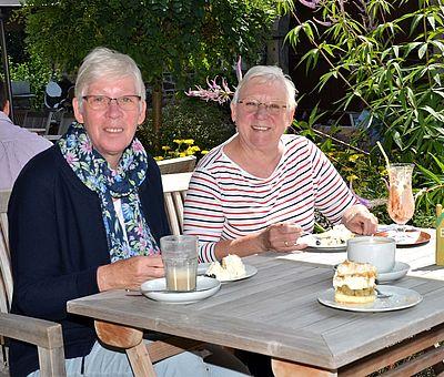 Zwei Damen lassen sich Stachelbeertorte beim Hofcafé Liesel und Lotte auf Hof Gösling in Osnabrück-Pye schmecken.