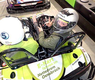 Caro im Twin-Kart mit Rennfahrer Fabian. Auf der Kartbahn tritt er das Gas!