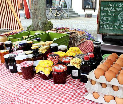 Der Wochenmarkt in Bad Essen findet immer donnerstags von 14 bis 18 Uhr statt. Das Angebot reicht von Obst und Gemüse über Käse bis hin zu Fisch und Fleisch. Viele der Erzeugnisse sind aus regionalem und / oder biologischem Anbau.