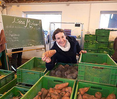 Wer in Osnabrück oder im Osnabrücker Land regionale Lebensmittel einkaufen möchte, kann aus einer Vielzahl an Bezugsquellen wählen. Am schönsten ist der Einkauf natürlich direkt beim Erzeuger im Hofladen oder am Marktstand. Ein Beispiel für solidarische Landwirtschaft nach der Philosophie von Rudolf Steiner ist der CSA Hof Pente. Hier wirkt unter anderem Landwirtin Julia Hartkemeyer.
