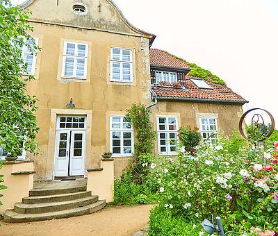 Gartenfront mit barockem Giebel des Restaurant-Café Kroneck-Salis in Bad Iburg: Die ehemalige Rentei wurde im 17. Jahrhundert im Stil des Frühbarocks gebaut, im Innern zog allerdings 1911 der Stil der Gründerzeit ein.