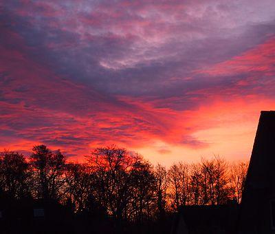 Im Herbst und Winter verfärbt sich der Himmel häufig glühend rot. Die Engel backen Plätzchen heißt es dann. Und für uns beginnt die Vorfreude auf die Weihnachtsmärkte im Osnabrücker Land. Alle Weihnachtsmarkt findet ihr auf unserem Blog. Und ein leckeres Plätzchen-Rezept.