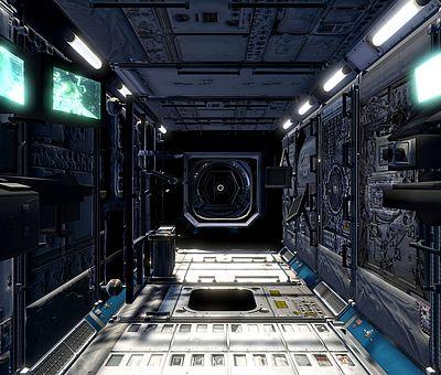 Im Nettebad in Osnabrück könnt ihr beim VR-Schnorcheln einen Ausflug in das Weltall unternehmen. Auf diesem Foto befinden wir uns im Inneren eines Raumschiffs. Auf der linken Seite sind zwei leuchtende Bildschirme zu erkennen, die einen Ausschnitt vom All zeigen. Über den Bildschirmen hängen drei Lampen. Auf der anderen Seite sind ebenfalls vier Lampen angebracht. Rechts ist auch nochmal ein Bildschirm angebracht. Der Boden des Raumschiffes ist hellgrau und sieht sehr technisch aus. Wenn man geradeaus schaut, ist eine Art Fenster zu erahnen, dies ist aber gar kein Fester, sondern so eine Art vergrößerte Linse einer Kamera.