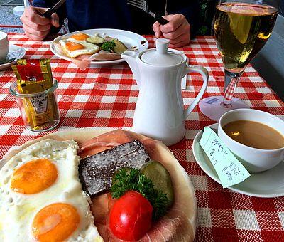 Eine üppige Speisekarte ist nicht vorhanden. Herzhafte kleine Mahlzeiten werden im Biergarten von Renate Elixmann an der Sutthauser Mühle in Osnabrück serviert.
