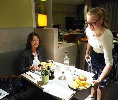 Retro-Look: Im Arcona Living Osnabrück wird der leckere Burger stilecht im Petticoat serviert.