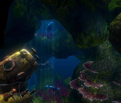 Auf diesem sehr dunklen Foto vom VR-Schnorcheln im Nettebad befinden wir uns unter Wasser. Links unten im Bildrand ist ein altes U-Boot zu erkennen, das schon einige Jahre auf dem Grund liegen könnte, denn es ist mit Algen und grünem Moos bedeckt. Neben dem U-Boot sind weitere See-Algen zu erkennen. Auf den See-Algen, die rechts unten im Wasser schweben, sieht man quallenähnliche Wesen.