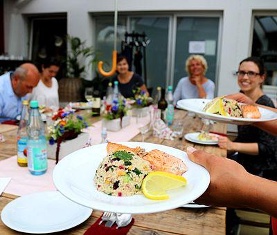 Kochkurs für Genießer: Alle an einem Tisch in Juttas Kochbar in Bad Essen im Osnabrücker Land.