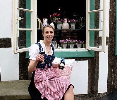 Probieren Sie den Holunderlikör aus Holunderblüten und Holunderbeeren im Kleinen Haus in Bad Essen.