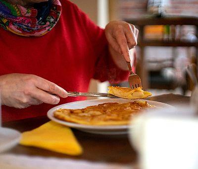 Frisch zubereitete Apfelpfannkuchen sind eine der Spezialiäten in Elisabeths Hofcafé in Dissen im Osnabrücker Land.