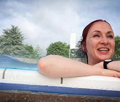 Schwimmen im carpesol im Kurort Bad Rothenfelde, einer der modernsten Thermen Deutschlands. Das solehaltige Wasser im Außenbecken hat eine Temperatur von 33 Grad.