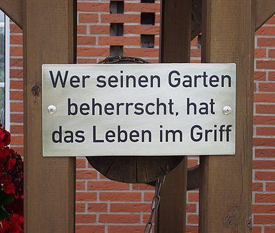 """Schild mit dem Spruch """"Wer seinen Garten beherrscht, hat das Leben im Griff"""""""