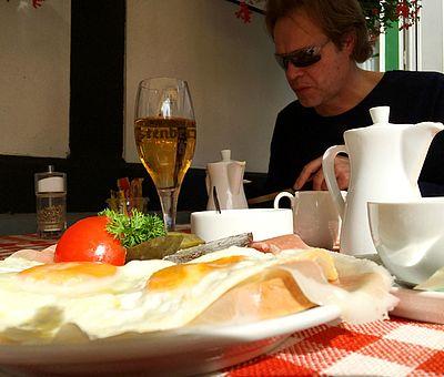 Lust auf einen deftigen und sehr leckeren Strammen Max? Im Biergarten von Renate Elixmann an der Sutthauser Mühle in Osnabrück bist Du genau richtig!