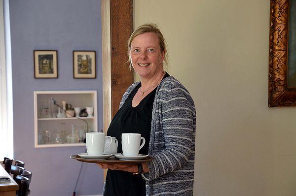 Im Restaurant-Café Kroneck-Salis in Bad Iburg setzt sie unter anderem auf alte Rezepte und Hausmannskost, deutsche Weine, Kulturveranstaltungen und bewirtet auch oft kleine Gruppen.