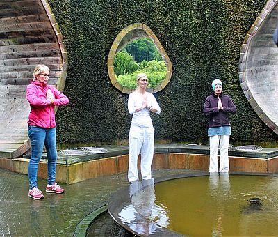 Yoga und Meditation an der frischen Luft in der SoleArena Bad Essen tut richtig gut und die Teilnehmer können tief durchatmen.