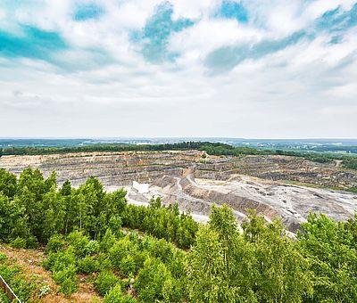 Die Osnabrücker Rund-Tour verknüpft einige der besten Ausflugsziele der Friedensstadt Osnabrück mit reizvollen Naturerlebnissen im UNESCO Natur- und Geopark TERRA.vita. Zu den Highlights der 48 km langen kompakten Radrundfahrt im Osnabrücker Land gehört auch die Aussichtsplattform auf dem Piesberg.