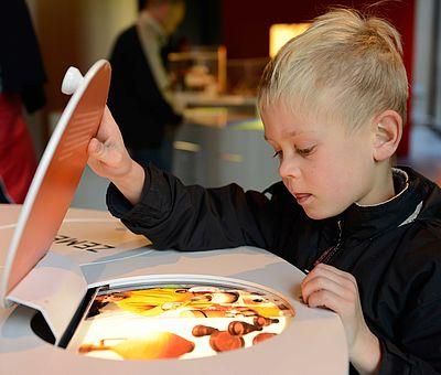 An den sogenannten Familiensonntagen in Museum und Park Kalkriese werden Familien bei einem Rundgang durch die Ausstellung nahegebracht was sich vor 2000 Jahren in Kalkriese abgespielt hat und wie die Römer und Germanen gelebt haben.