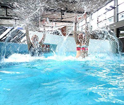Das Team genießt den abwechslungsreichen Tag im Nettebad in Osnabrück. Vom Freizeit- und Sportbecken über das Sole-Becken bis hin zur Wasserrutsche ist alles dabei.