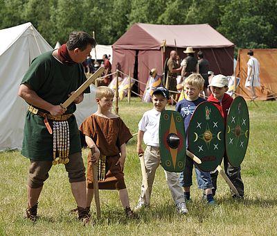 Zahlreiche Darbietungen machen die Geschichte zu einem spürbaren Ereignis bei den Römer- und Germanentagen im Museum und Park Kalkriese.