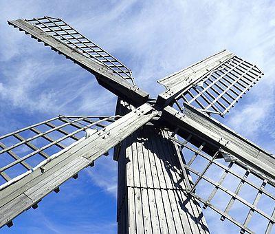 Nachaufnahme: Windmühle am neuen Gradierwerk im Kurort Bad Rothenfelde im Osnabrücker Land.