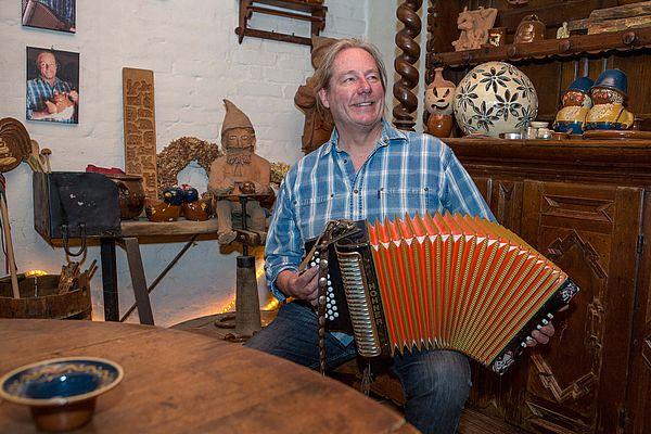 Pottbäcker Niehenke spielt unter anderem leidenschaftlich Akkordeon. Und er tritt nicht nur in seiner Töpferei mit den Plattmakers und Pottbäckers auf. Seine Musik-Kombos spielen einerseits in der gesamten Region, andererseits veranstaltet Niehenke seit fast 20 Jahren regelmäßig Konzerte in der Töpferei, die schon längst kein Geheimtipp mehr sind.