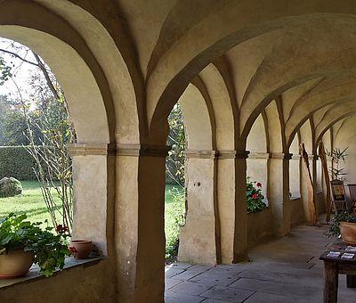 Das ehemalige Kloster Malgarten bei Bramsche beherbergt heute eine kleine Künstlerschar. Viele Veranstaltungen, von Seminaren bis zu Konzerten, beleben regelmäßig die Anlage. Auch ein Café und ein Restaurant laden zum Genießen ein. ein.