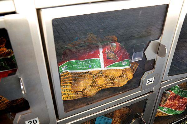 Frische Rohmilch, Kartoffeln und Eier können auf Hof Gösling aus dem Automaten gekauft werden.