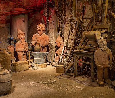 """Wer heute Pottbäcker Niehenke besucht, wird von freundlichen """"Hüggelzwergen"""" aus Ton sowie anderen Figuren begrüßt, die zwischen Skulpturen und Tonkugeln stehen."""