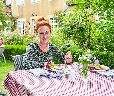 Frisch gedeckt: Im Sommer sind die Plätze im verwunschenen Garten des Restaurant-Café Kroneck-Salis in Bad Iburg besonders beliebt.