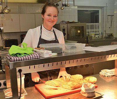 Im Bio-Restaurant goldwerth in Bad Laer bereitet Küchenchefin Leonie Holtwerth die Speisen aus regionalen Produkten in Bio-Qualität zu.