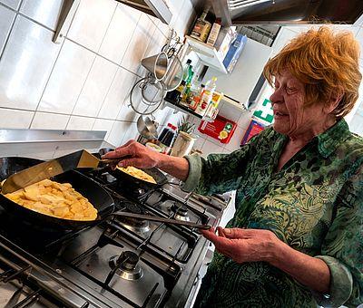 Die gelernte Hauswirtschafterin Elisabeth Schulze Relau steht in ihrem Hofcafé in Dissen selbst in der Küche und bereitet westfälische Spezialitäten nach alten und eigenen Hausrezepten zu.
