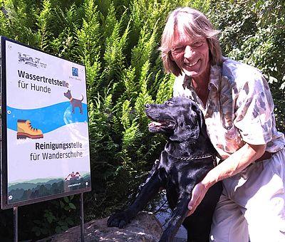 Schild: Wassertretstelle für Hunde in Bad Iburg im Osnabrücker Land