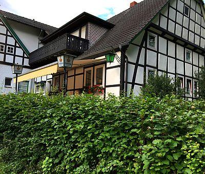 Genießen Sie die Ruhe an grünen Hecken im Biergarten von Renate Elixmann an der Sutthauser Mühle in Osnabrück.