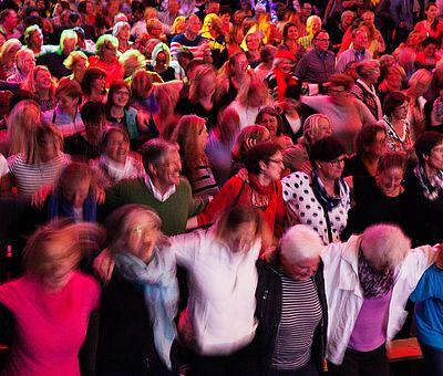 Karaoke, Mitsingkonzerte, Rudelsingen - viele Begriffe für eines der schönsten Gemeinschaftserlebnisse: Gemeinsam singen macht einfach glücklich