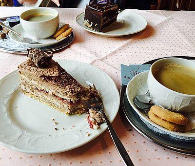 Eine Kaffeetafel mit den herrlichen Torten aus der Konditorei Dodt in Bad Laer im Osnabrücker Land. Hier liegt das Paradies für Naschkatzen.
