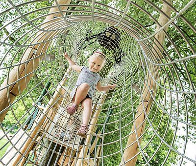 Die Kids haben jede Menge Spaß im Klettergarten des Moskaubads in Osnabrück.