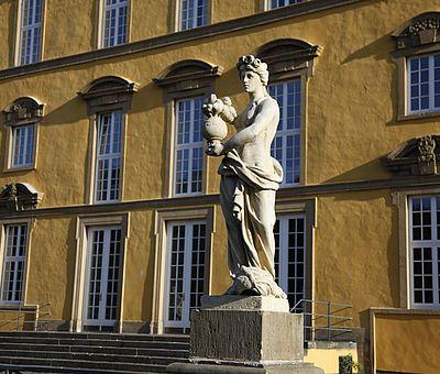 Die Skulpturen im Osnabrücker Schlossgarten sind Allegorien auf die Kontinente Europa, Asien, Afrika und Amerika. Sie stammen von Schloss Eggermühlen.